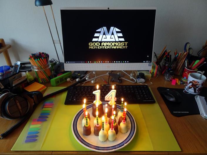 Mein Schreibtisch als Zentrale des Wahnsinns und Schaumküsse mit Kerzen :)